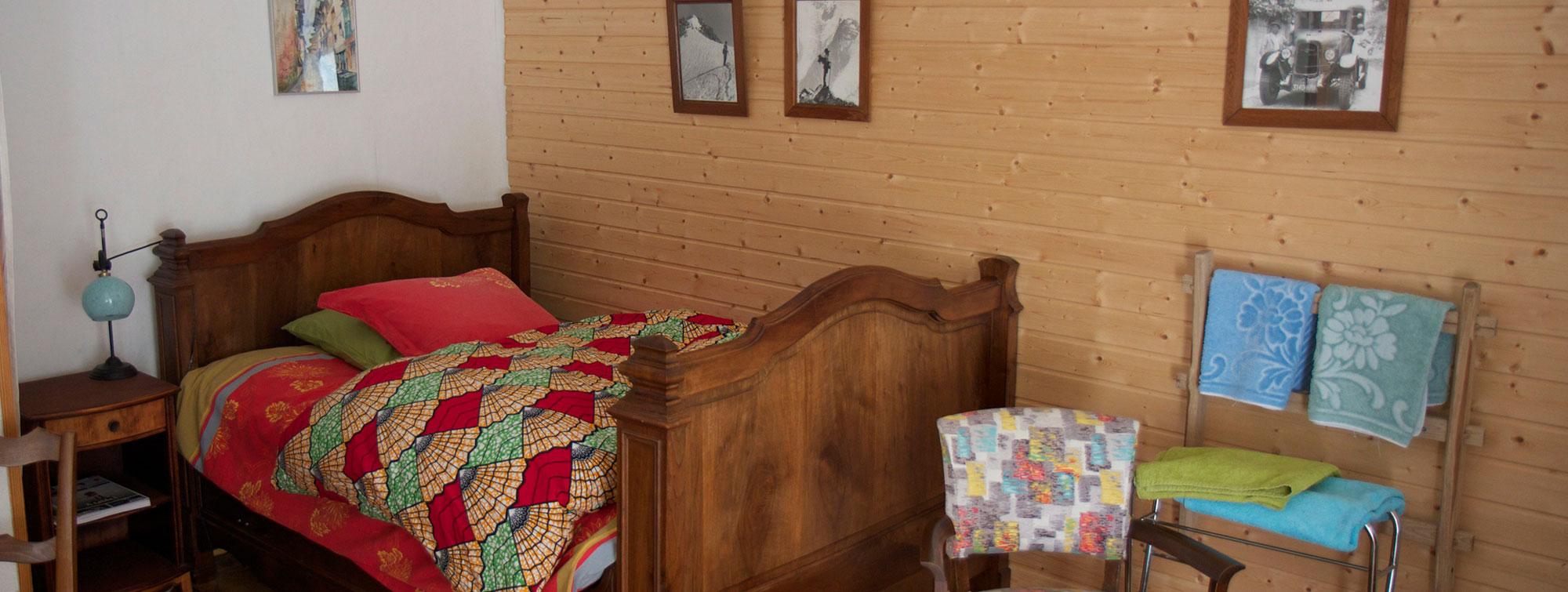 chambre meublé à l'ancienne pour se reposer au calme des nuits montagnardes de Valjouffrey