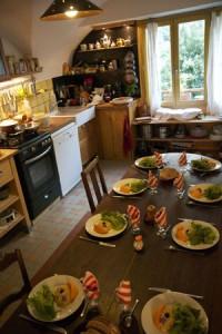 La cuisine voutée des épilobes avec la table dressée