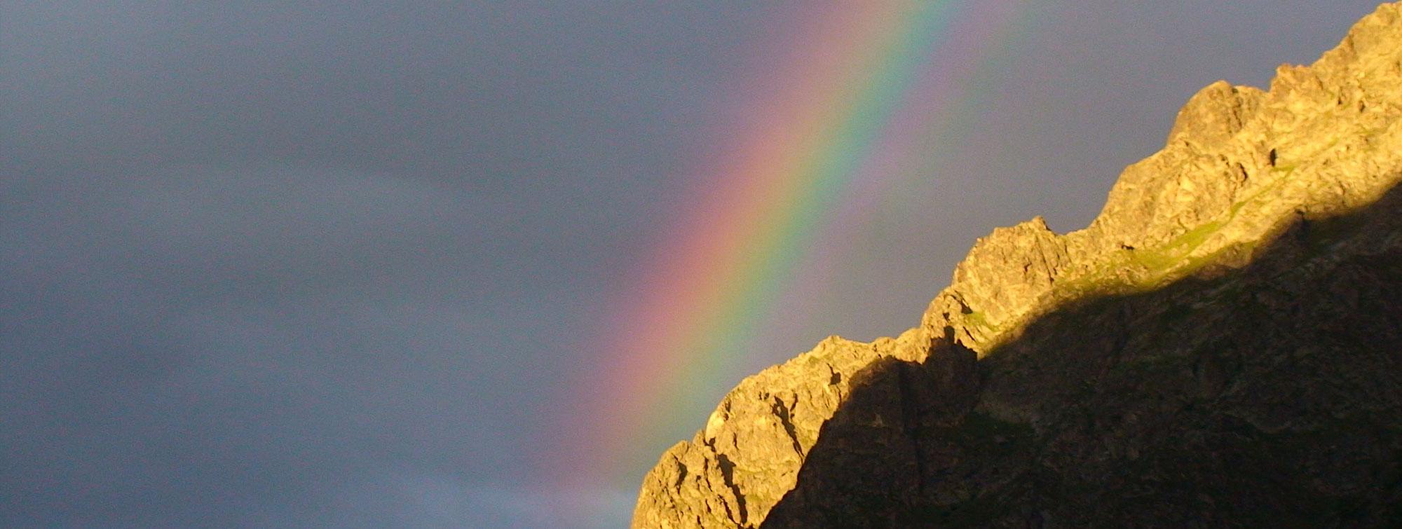 Ciel d'orage avec arc en ciel sur le Col de Vaurze en face de la chambre d'hôte Les épilobes